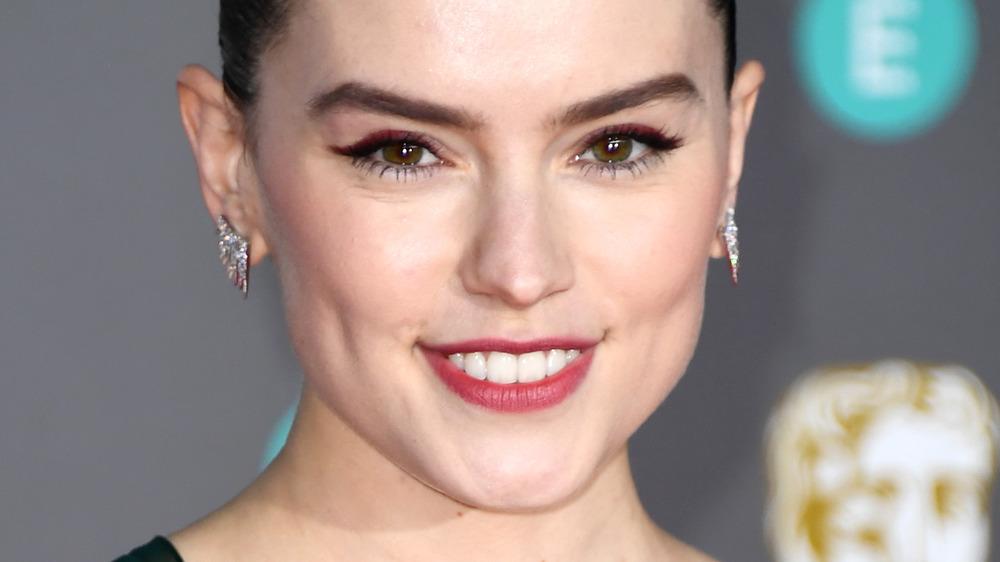 Daisy Ridley sonriendo