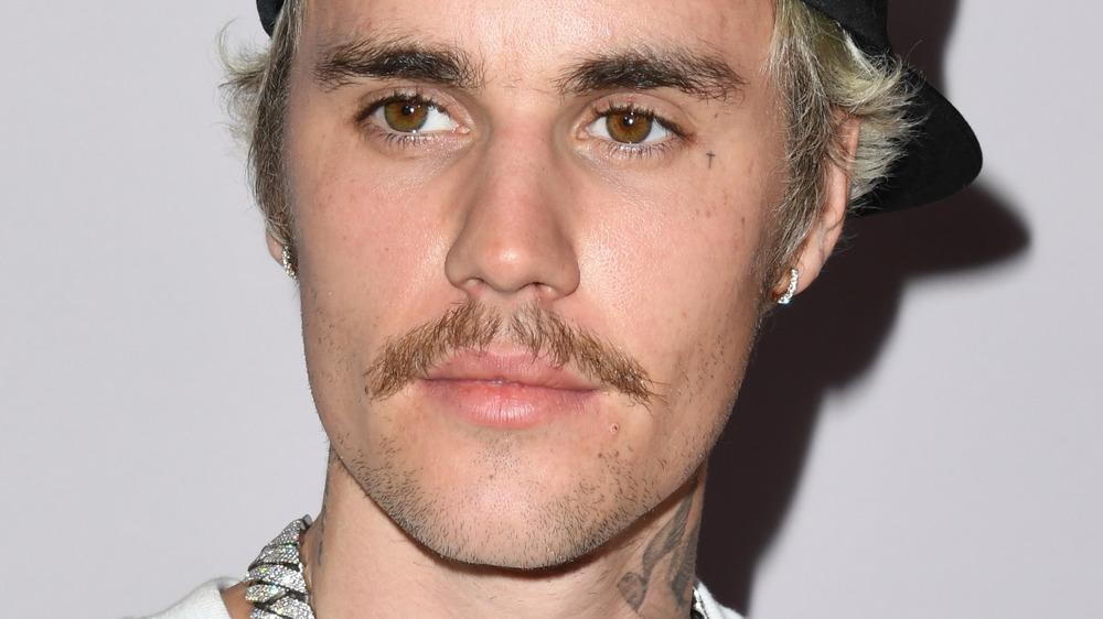 Un Justin Bieber bigotudo que parece serio