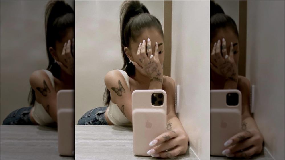 Ariana Grande selfie en el espejo
