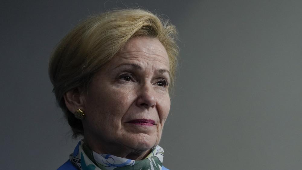 Dr. Deborah Birx escuchando en la sesión informativa de la Casa Blanca