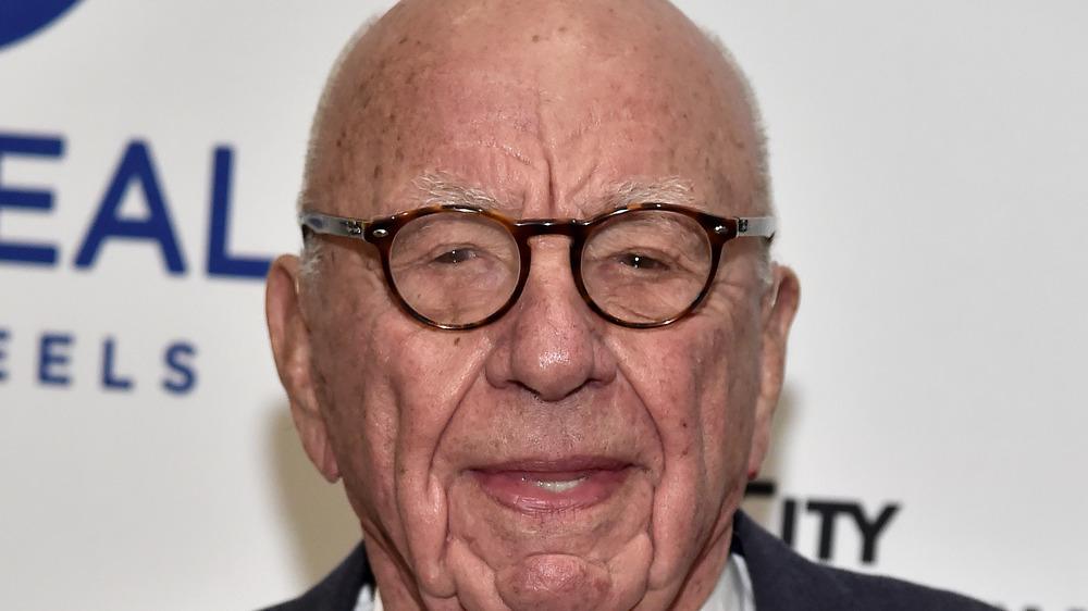 Rupert Murdoch entrecerrando los ojos