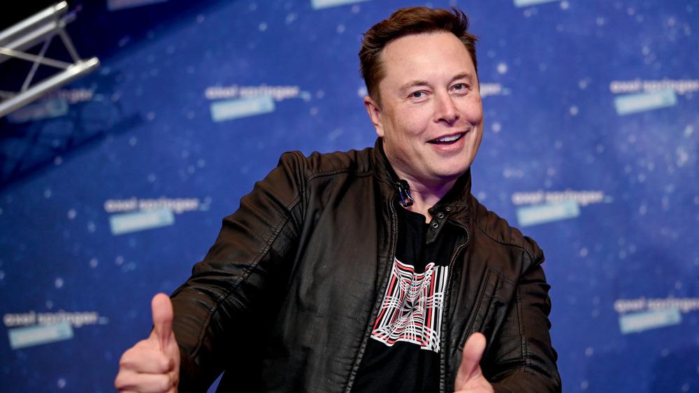 Elon Musk dando un pulgar hacia arriba