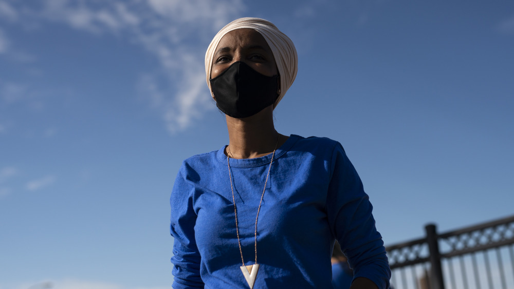 Ilhan Omar con una máscara