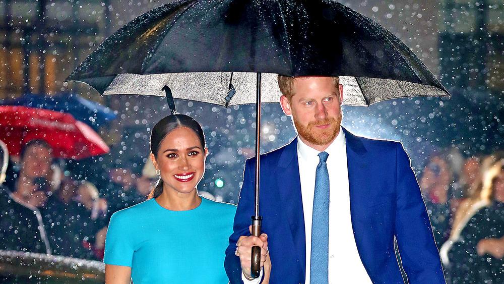 Meghan Markle con el príncipe Harry bajo la lluvia