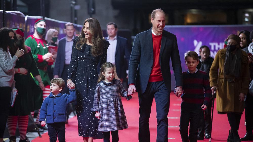 Kate Middleton y el príncipe William caminan con sus hijos