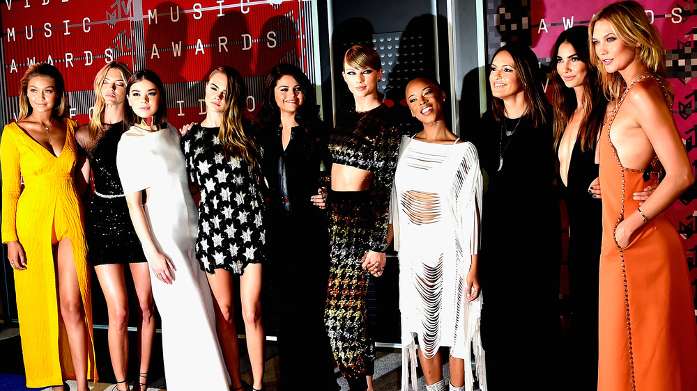 Taylor Swift posa con su equipo en los MTV Music Awards 2015