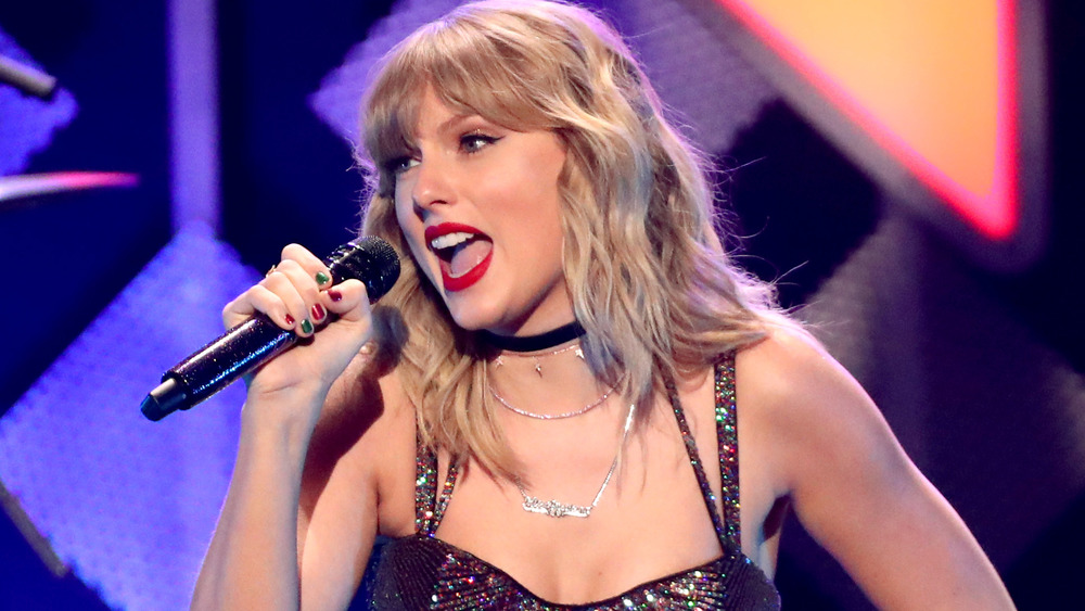 Taylor Swift se presenta en el escenario durante el Z100 Jingle Ball 2019 de iHeart Radio