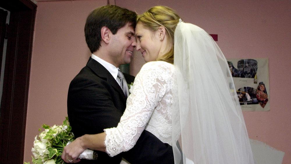 George Stephanopoulos y Ali Wentworth abrazándose el día de la boda