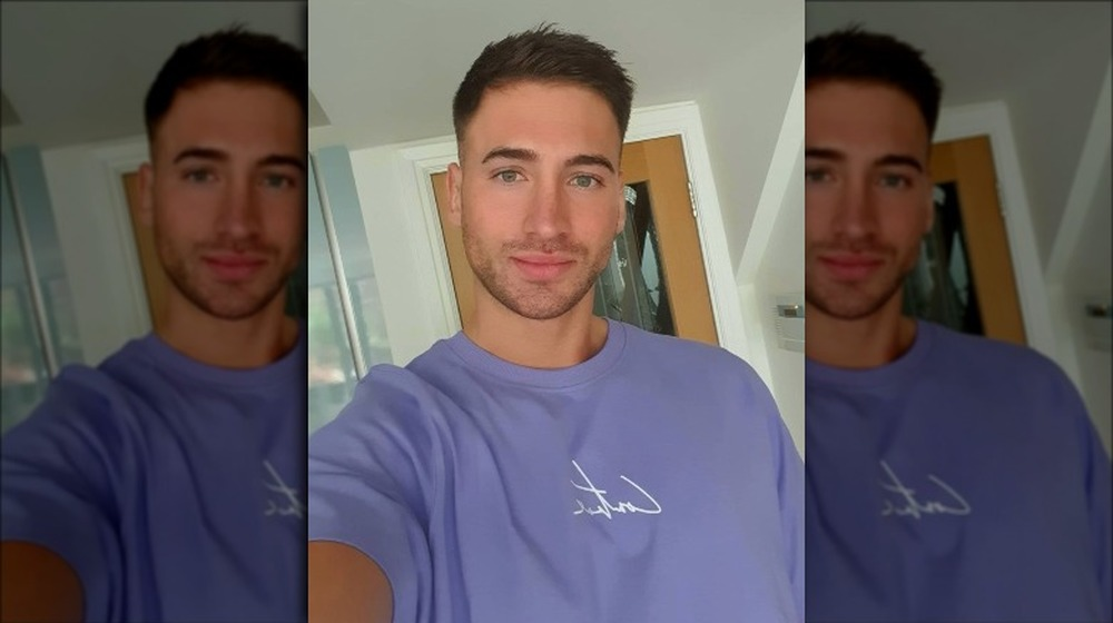 James Hough, estrella de Below Deck, posa para una selfie en Instagram
