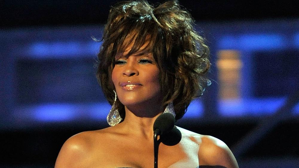 Whitney Houston mirando a otro lado