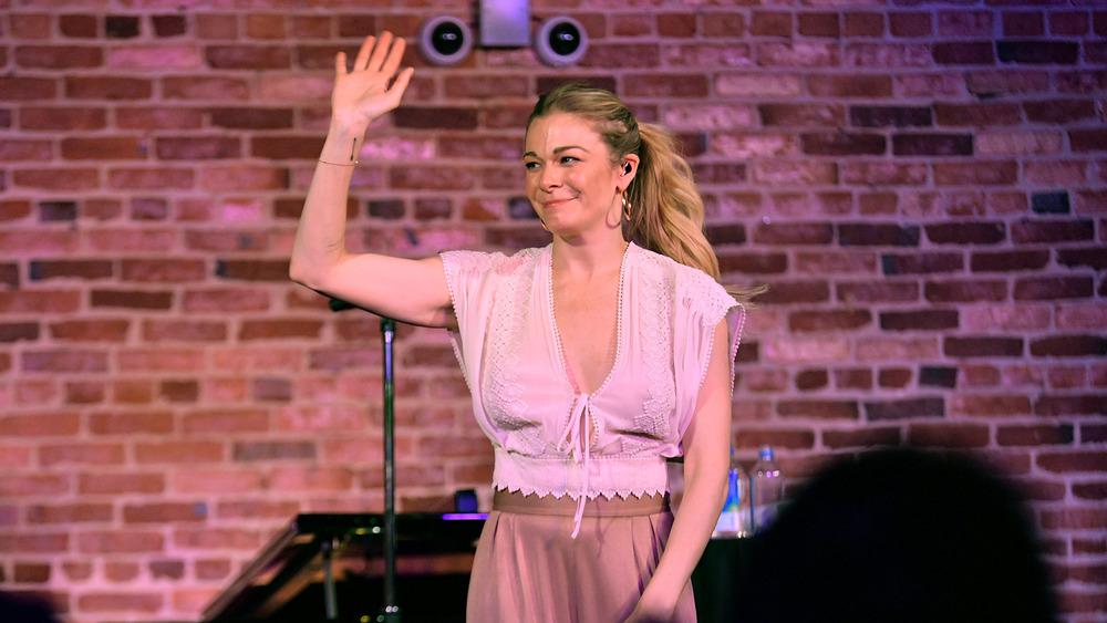 LeAnn Rimes saludando en el escenario