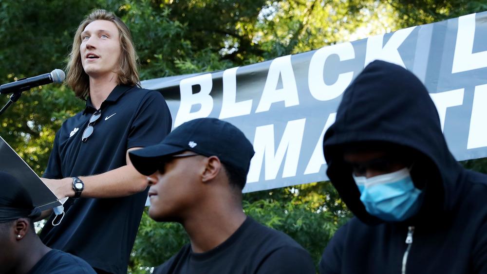 Trevor Lawrence hablando en un evento Black Lives Matter