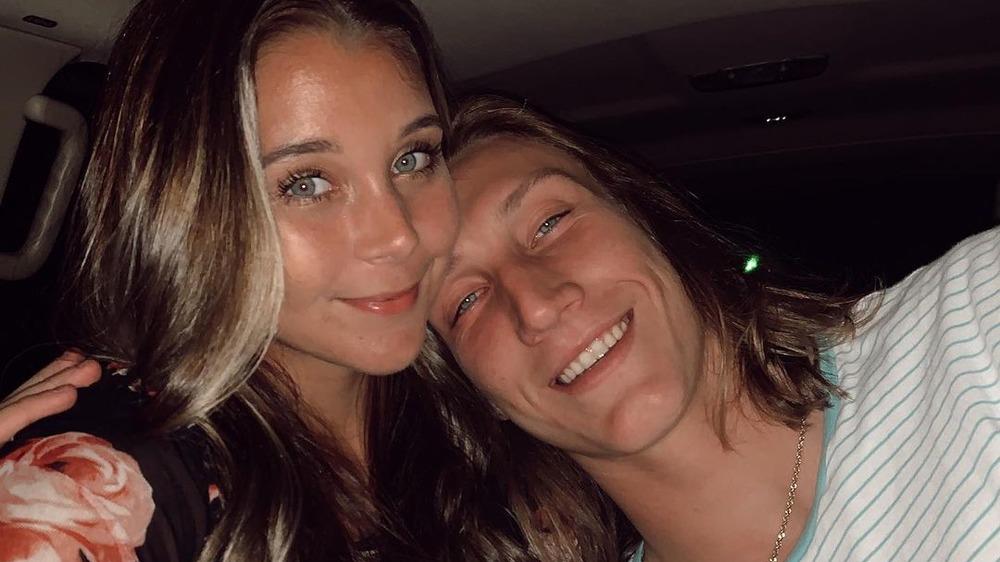 Marissa Mowry y Trevor Lawrence posan para una selfie en Instagram