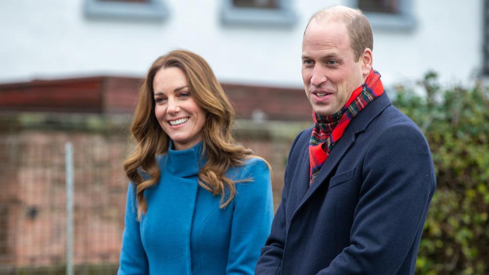 Kate Middleton y el príncipe William visitando una escuela
