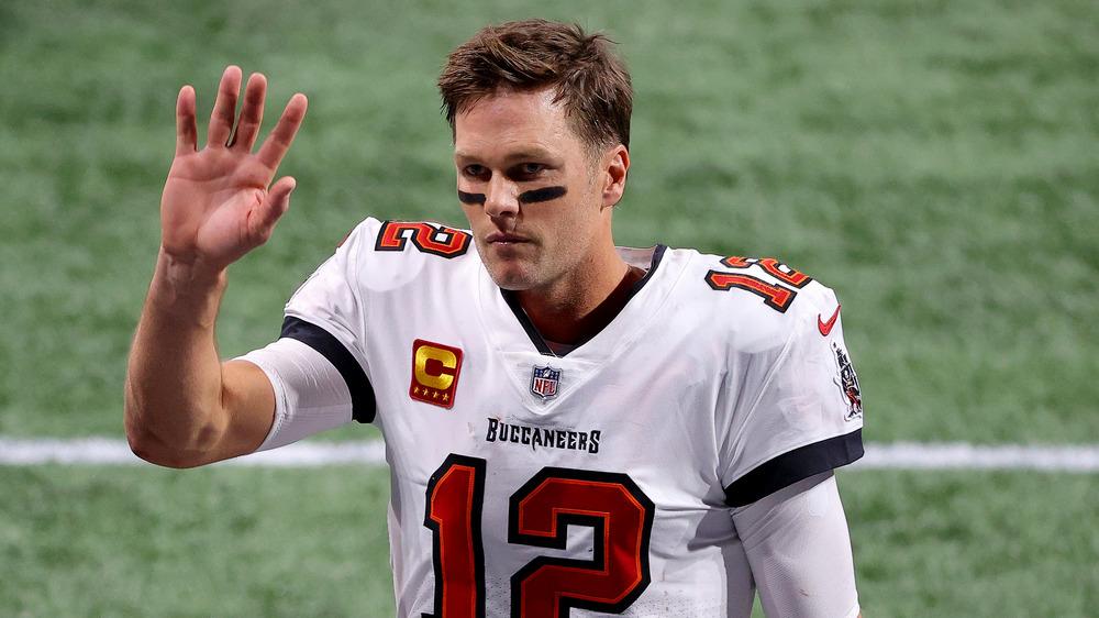 Tom Brady saludando