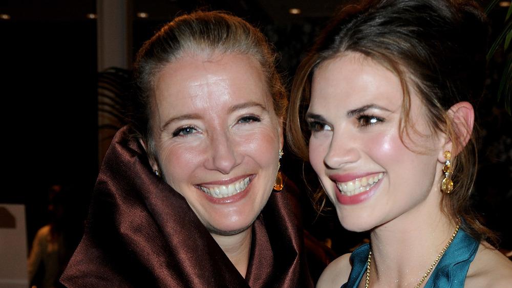 Emma Thompson y Hayley Atwell sonriendo
