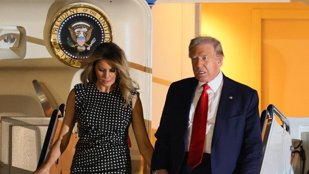Donald Trump y Melania Trump saliendo