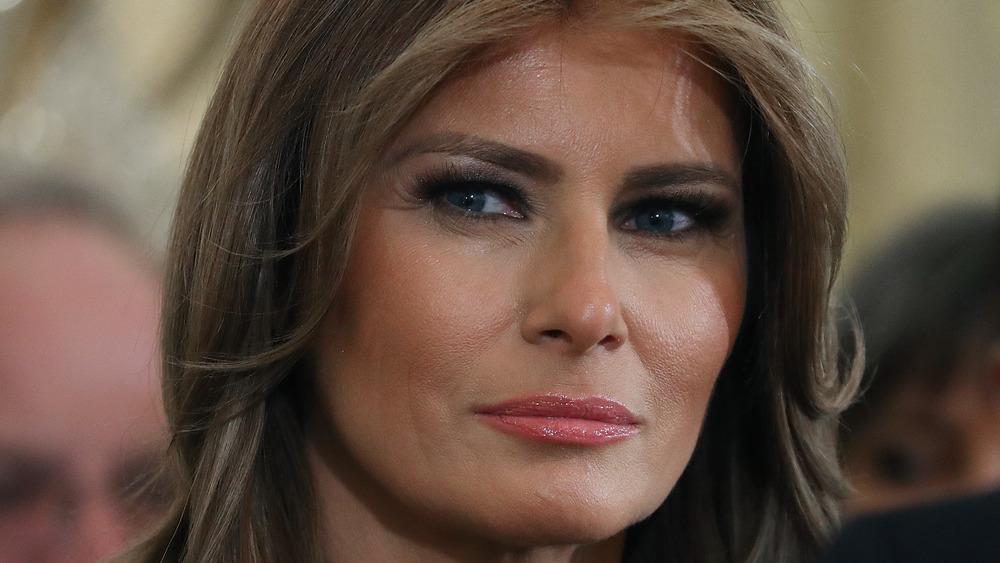 Melania Trump mirando a un lado
