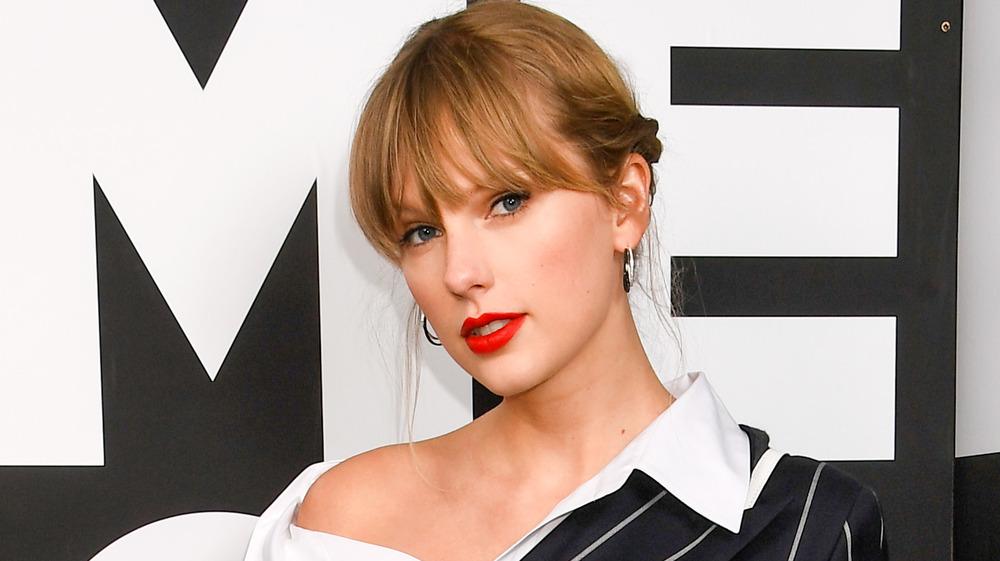 Taylor Swift con lápiz labial rojo