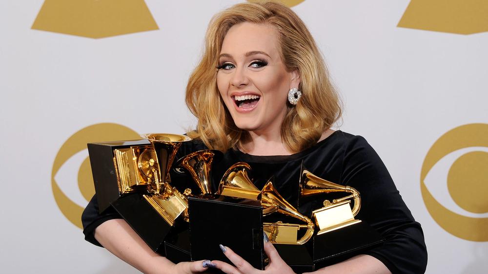 Adele sosteniendo todos sus Grammy