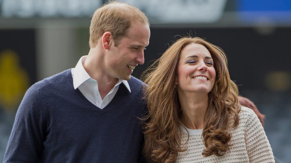 El príncipe William y Kate Middleton caminando del brazo