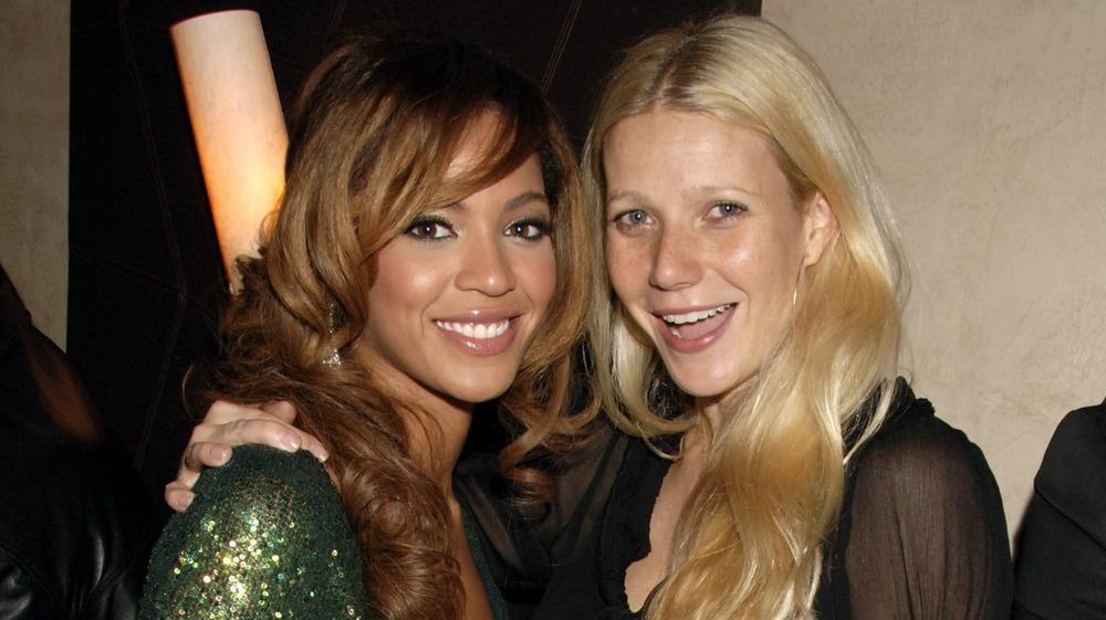 Beyonce y Gwyneth Paltrow abrazándose