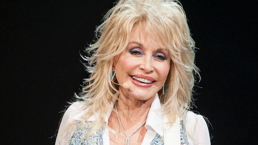 Dolly Parton sonriendo