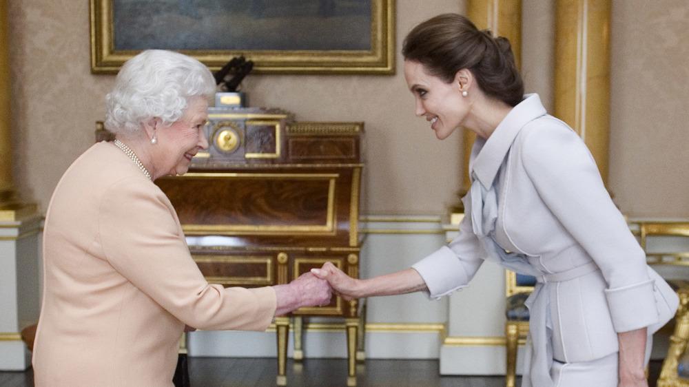 La reina Isabel y Angelina Jolie