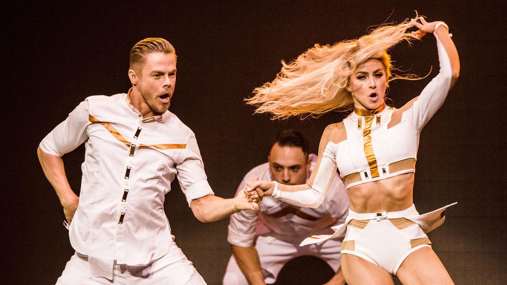 Derek Hough y Julianne Hough bailando