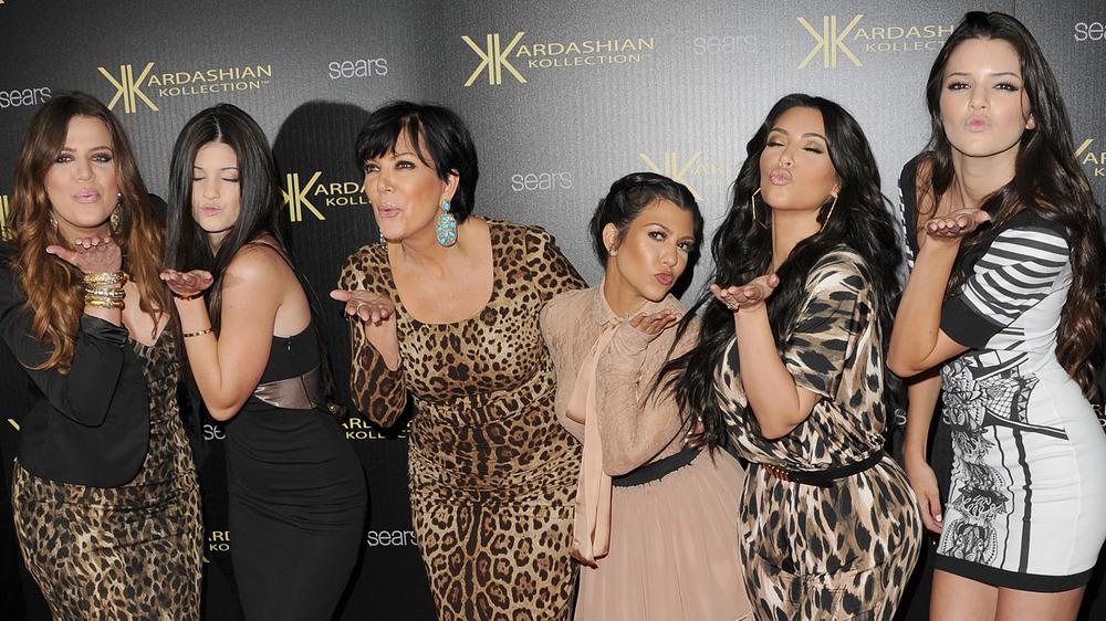 Familia Kardashian-Jenner soplando besos