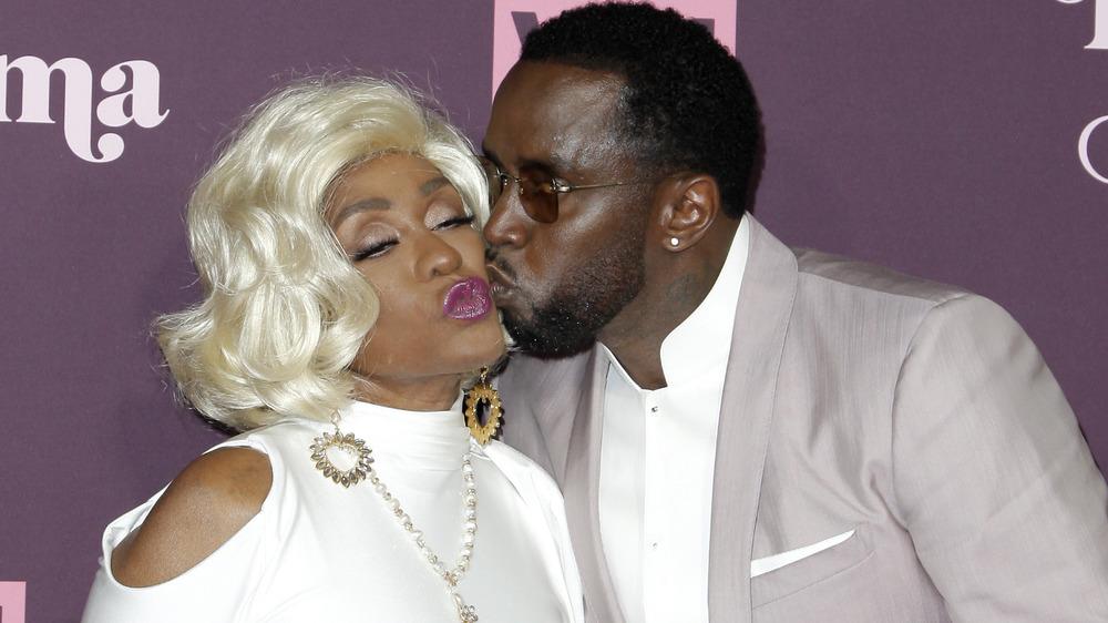Diddy besando a su mamá Janet Combs