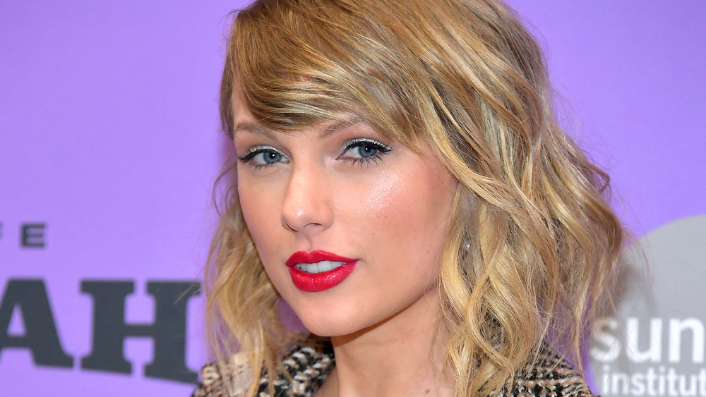 Taylor Swift en lápiz labial rojo