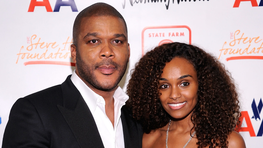 Tyler Perry y Gelila Bekele posando en una alfombra roja