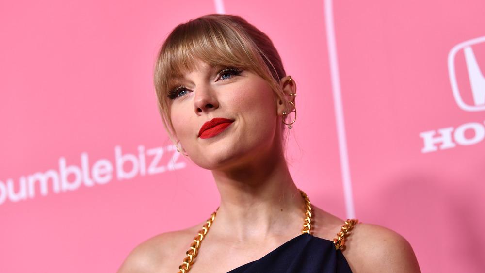 Taylor Swift posando en la alfombra roja