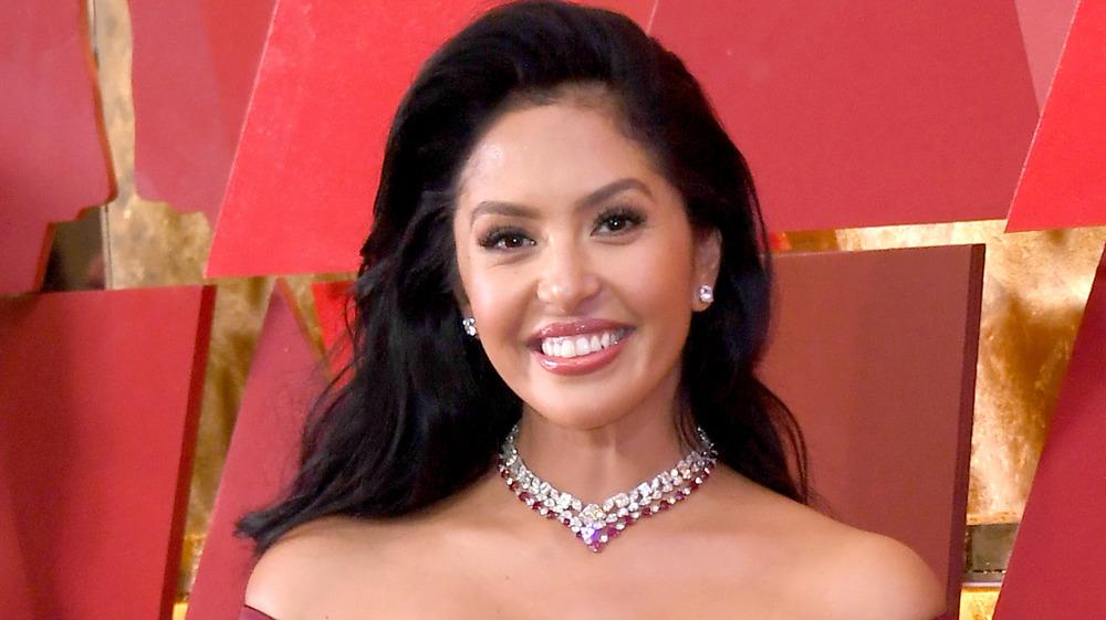 Vanessa Bryant en un collar de joyas
