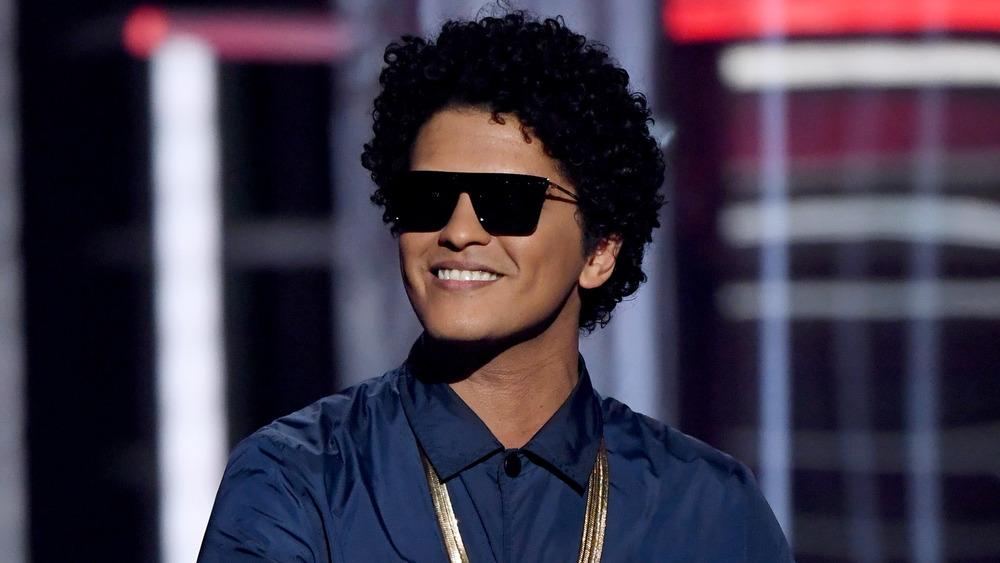 Bruno Mars con gafas de sol en los Grammy