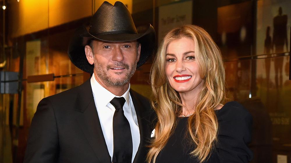 Tim McGraw y Faith Hill sonriendo en un evento de Hollywood
