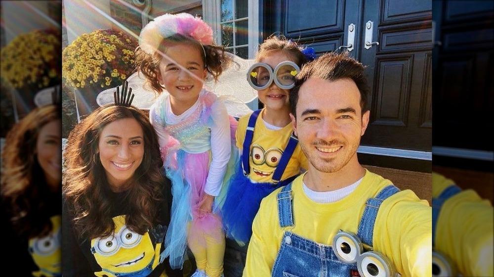 Danielle Jonas y Kevin Jonas con niños en Halloween