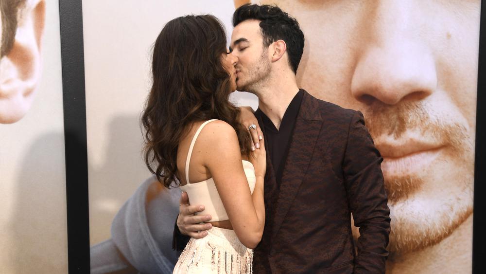Danielle Jonas y Kevin Jonas besándose