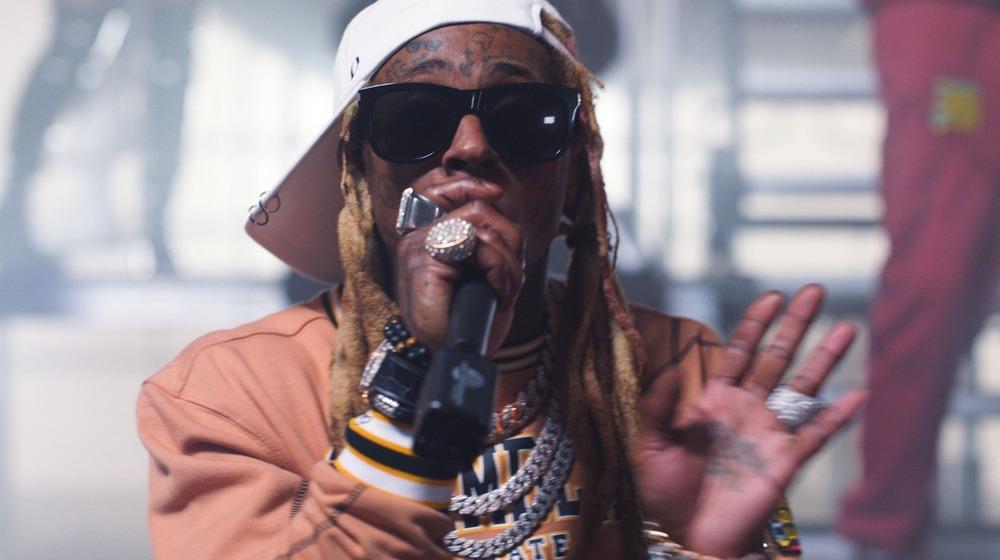 Lil Wayne actuando en el escenario