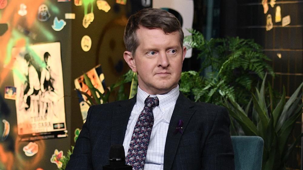 Ken Jennings mirando hacia un lado