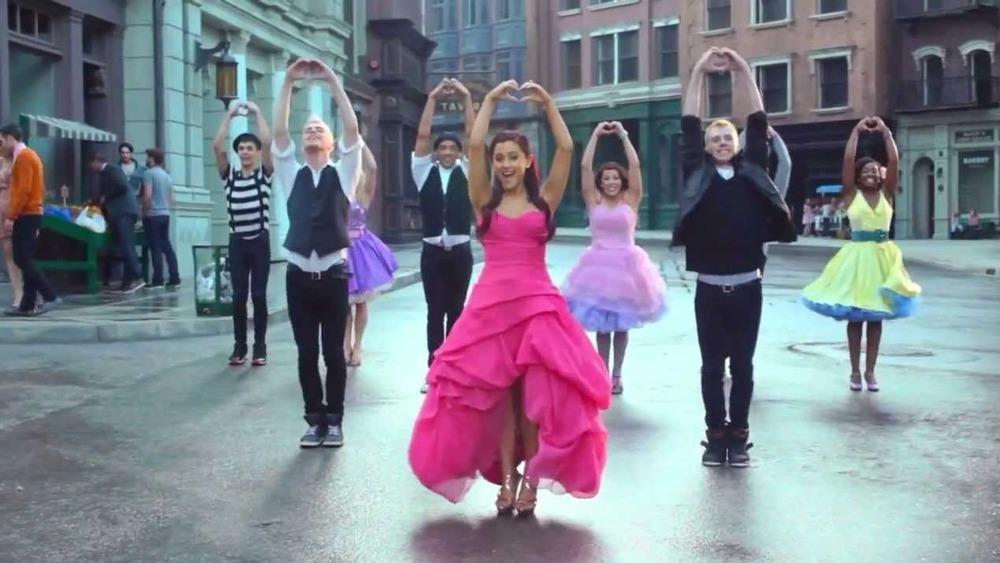 """Ariana Grande actúa en el set de """"Put Your Hearts Up"""""""