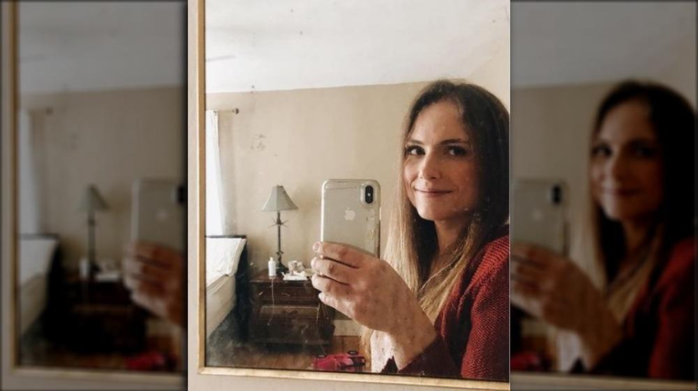 Emily Mitchell tomando una selfie en el espejo
