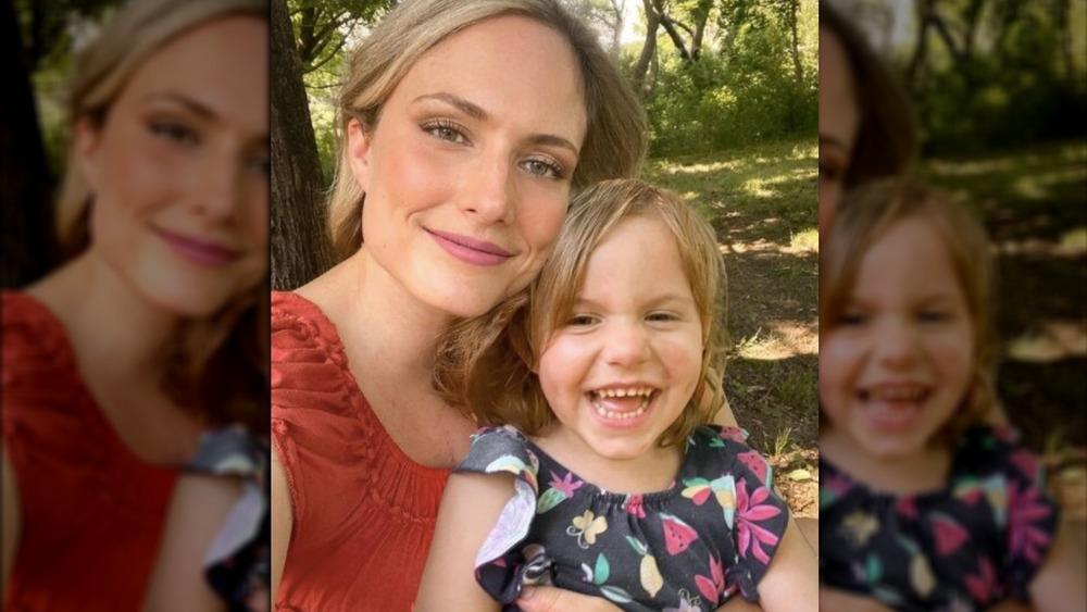 Emily Mitchell y su hija sonriendo