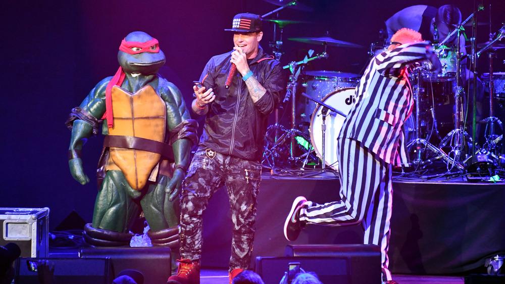 Vanilla Ice en el escenario con una tortuga Ninja