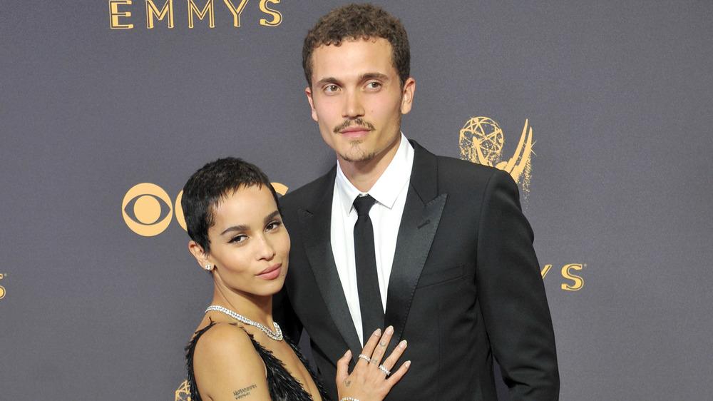 Zoe Kravitz y Karl Glusman en los Emmy
