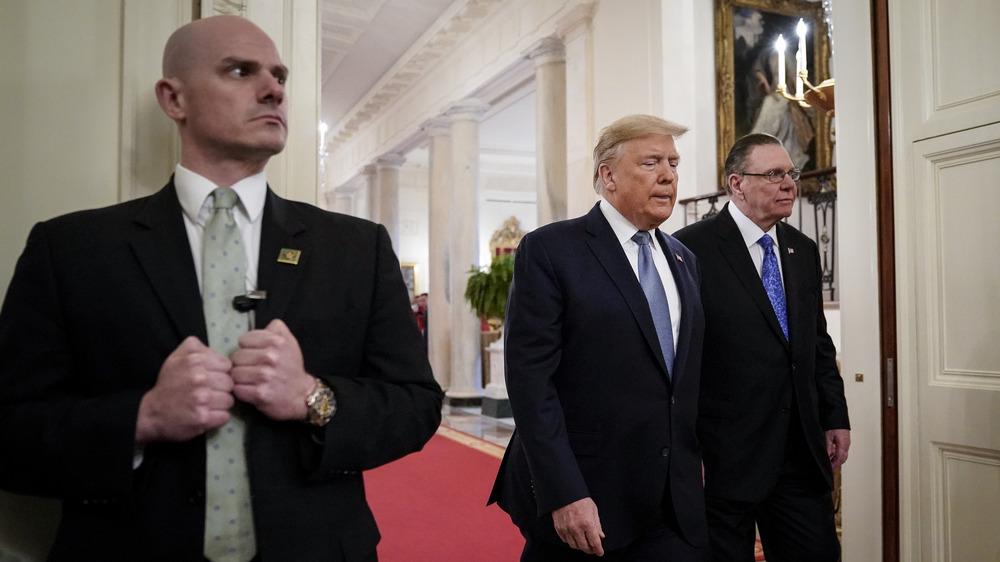 Donald Trump con agentes del servicio secreto