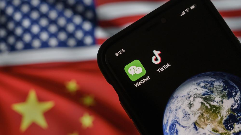 Logotipos de TikTok y WeChat en el teléfono