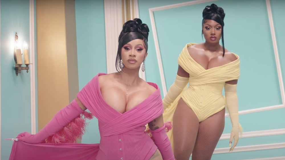 Cardi B y Megan Thee Stallion posando en el video musical de 'WAP'