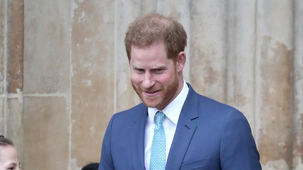 Príncipe Harry mirando hacia abajo